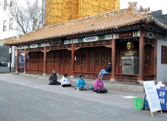 Méditation extérieure en plein mois de novembre sur la place Sun-Yet-Sen
